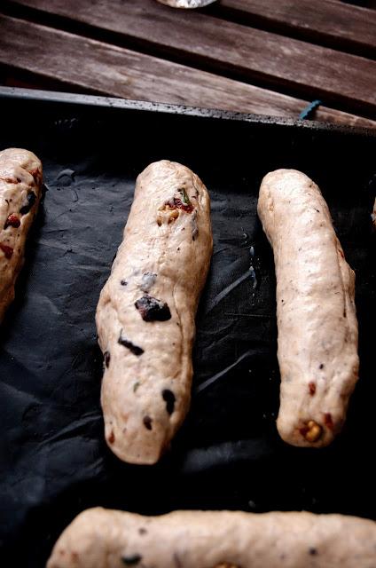 Rohe Baguettes auf einem Blech